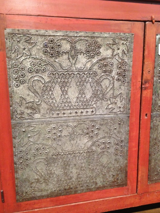 I'm sure this motif has a name. I just don't know what it is. Click to see the side panel.