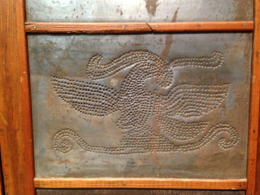 An eagle motif tin. Click to see an enlarged view.