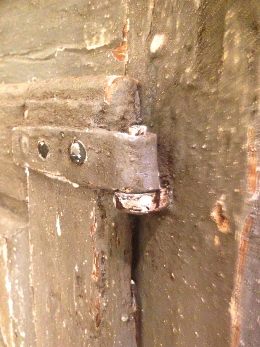 A metal pintle hinge. Allows the doors to lift off.